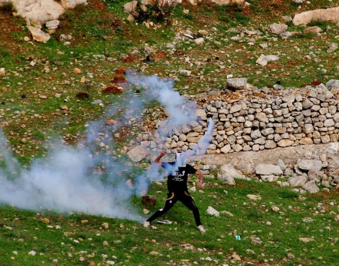 protestor sling tear gas - Tamimi press