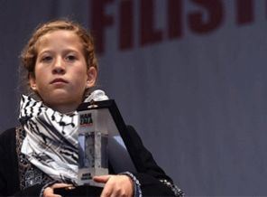 palestinian-girl-gets-courage-award